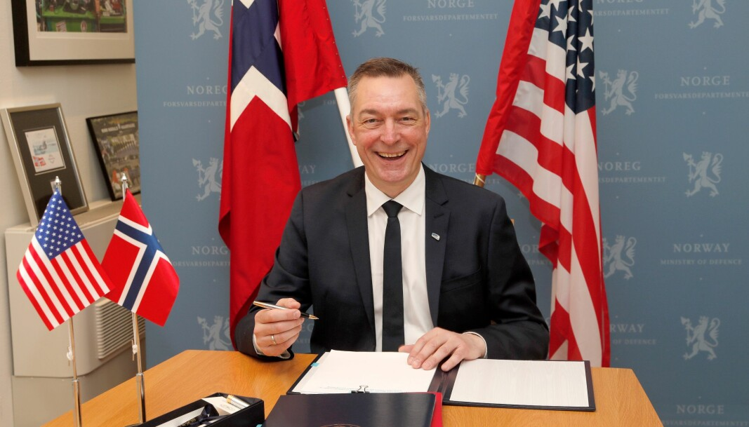 Forsvarsminister Frank Bakke-Jensen undertegner tilleggsavtale om forsvarssamarbeid med USA.