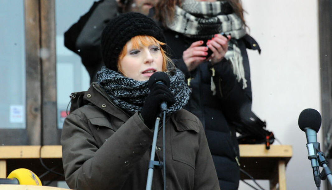 Den svenske feministen og skribenten Cissi Wallin brukte flere år på å henge ut menn offentlig. I en nylig publisert kronikk tar hun avstand fra egne handlinger, men legger skylden på en flokkmentalitet hun hevder å ha blitt revet med av.