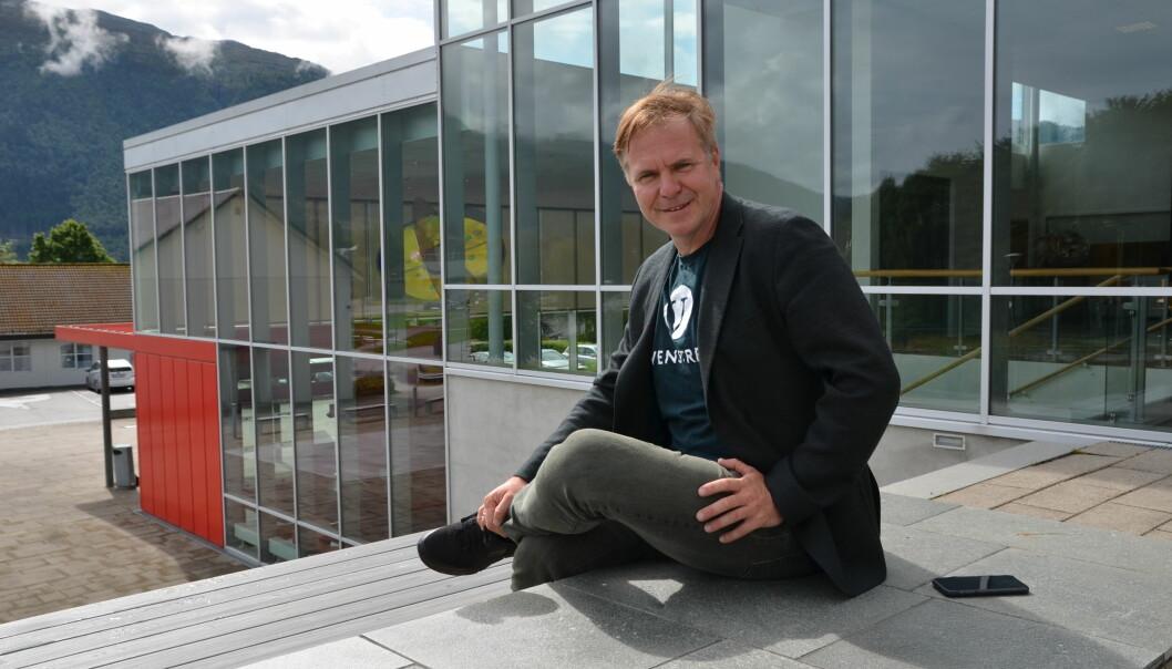 Alfred Bjørlo mener næringspolitikk er distriktspolitikk. Her foran operahuset på Nordfjordeid.