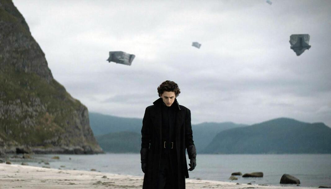 Hovedpersonen i <em>Dune</em> er Paul Atreides (Timothée Chalamet), her på hjemplaneten Caladan (spilt inn på en strand på Stadlandet).